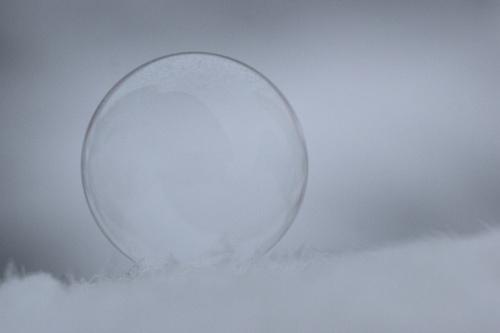 Zimowa zabawa z bańką mydlaną