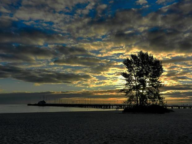 Plaża, pusta plaża, molo też puste (Sopot zaprasza miłośników spokoju) #Sopot #plaża #morze #światło