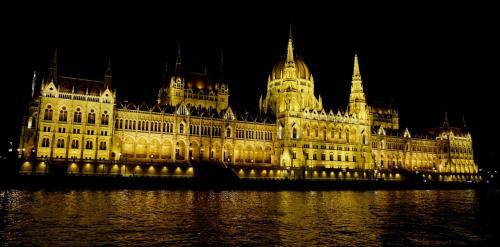 Parlament w Budapeszcie nocą z Dunaju (L)